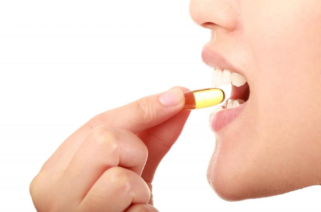 mulher tomando o melhor antioxidante em capsula