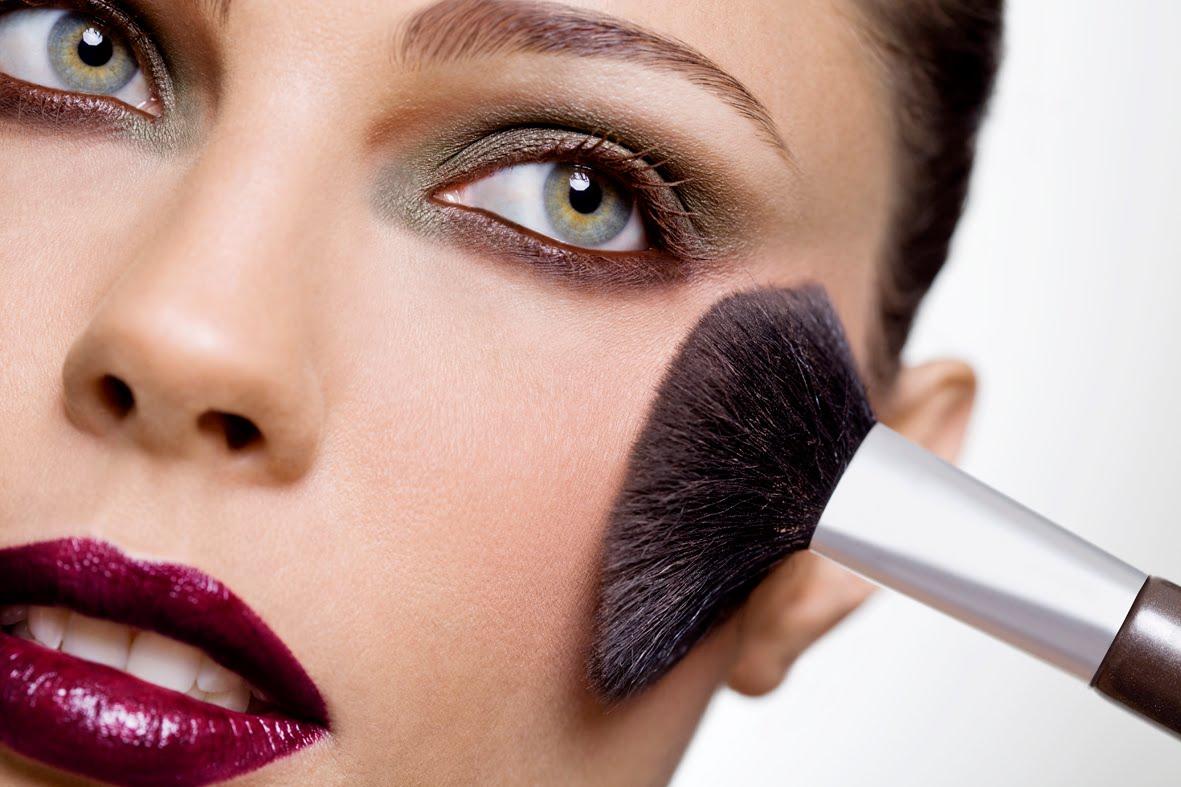 Existem alguns truques para saber ocmo apicar o melhro blush no rosto.