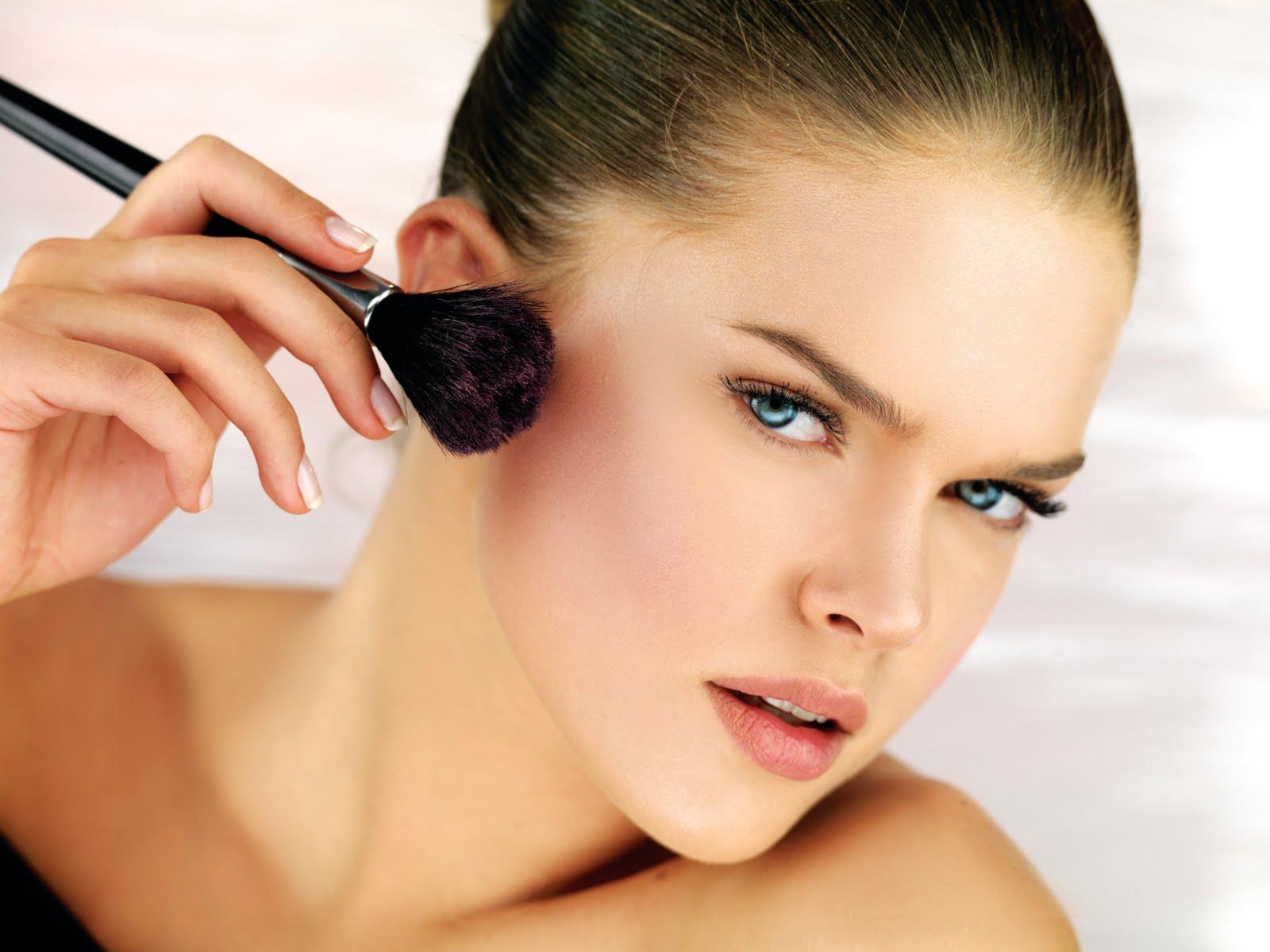 Algumas cores de blush combinam melhor com cada tom de pele.