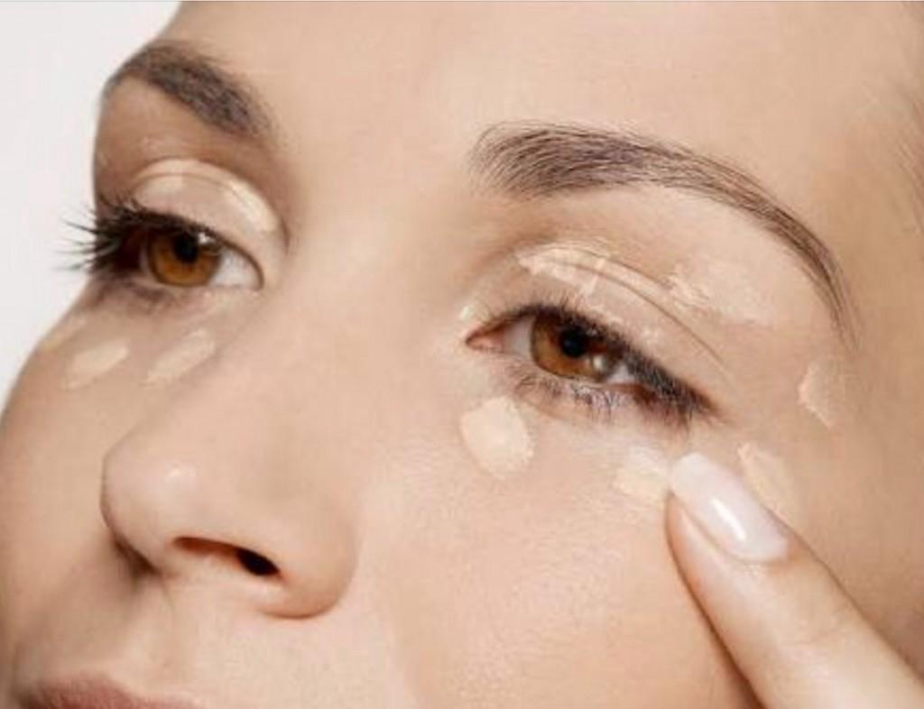 mulher aplicando melhor corretivo para olheiras
