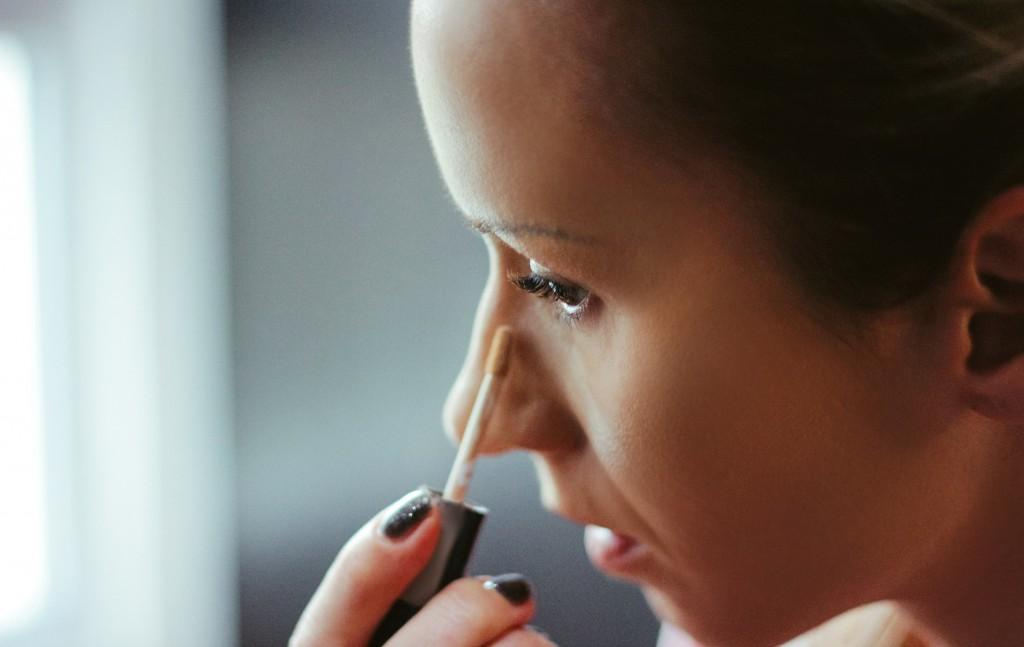 mulher aplicando melhor corretivo para olheiras líquido