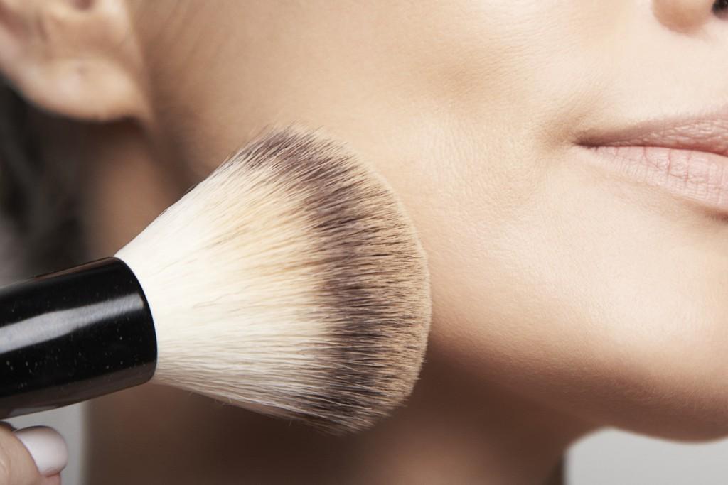 Ao final da maquiagem você pdoe aplicar o melhor iluminador em pó para realçar.