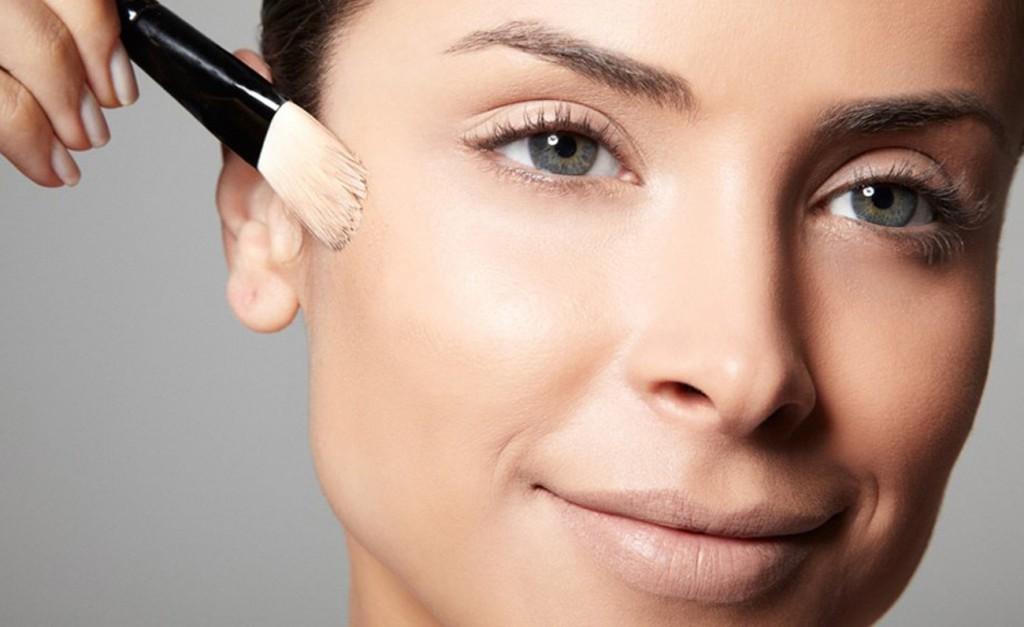 Cada pincel vai dar um novo efeito ao melhor iluminador em pó no rosto.