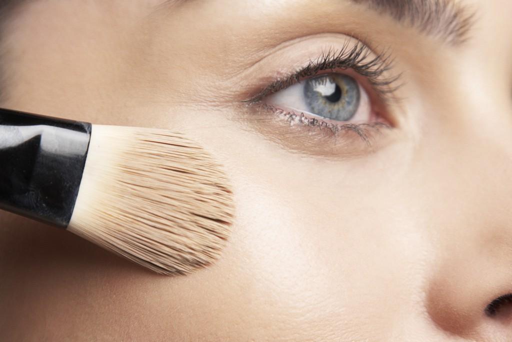 O melhor iluminador em pó é capaz de realçar o formato do rosto.